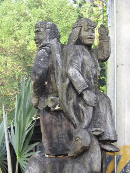 23-sculpture-en-bois-a-lentree-du-village-thao