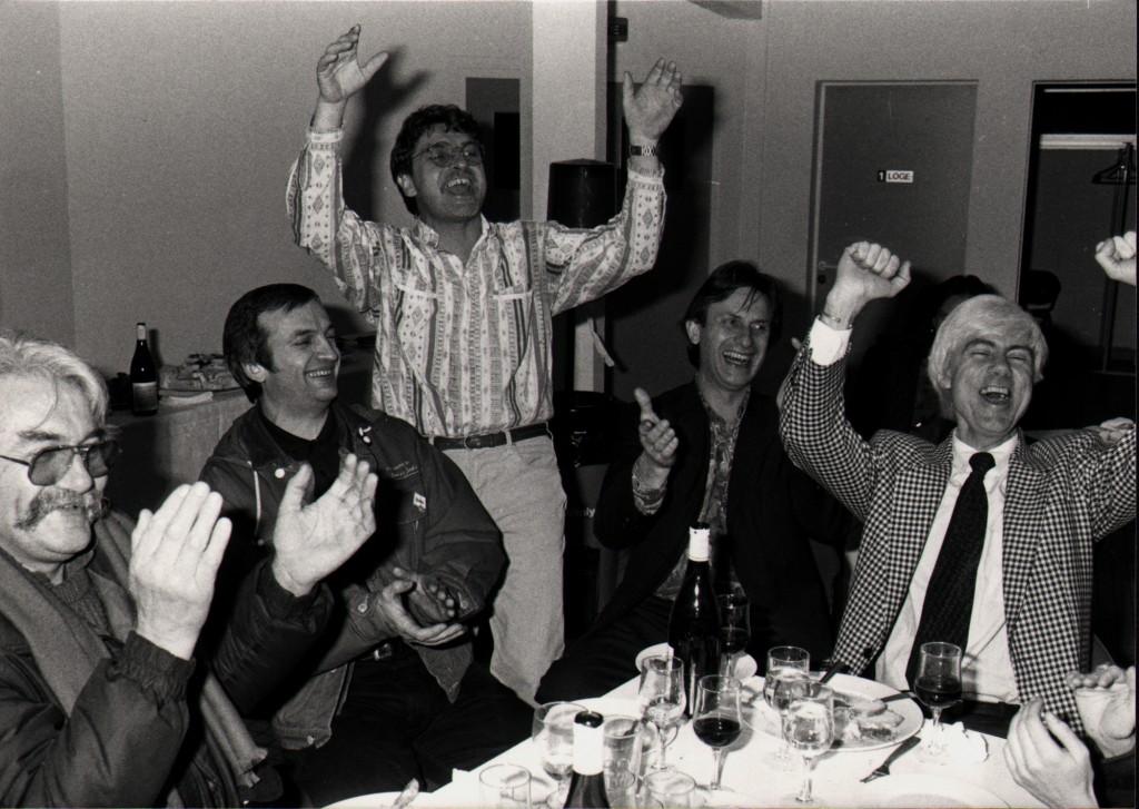 Fin d'agapes : une partie de l'équipe des organisateurs du festival. De gauche à droite : Maurice Frot (directeur artistique), Bernard Batzen (conseiller rock), Daniel Colling (directeur), Francois Clavel (administrateur), Jacques Erwan ( conseiller musiques étrangères). Ceux là et quelques autres ont inventé « l'esprit de Bourges » (Droits réservés)