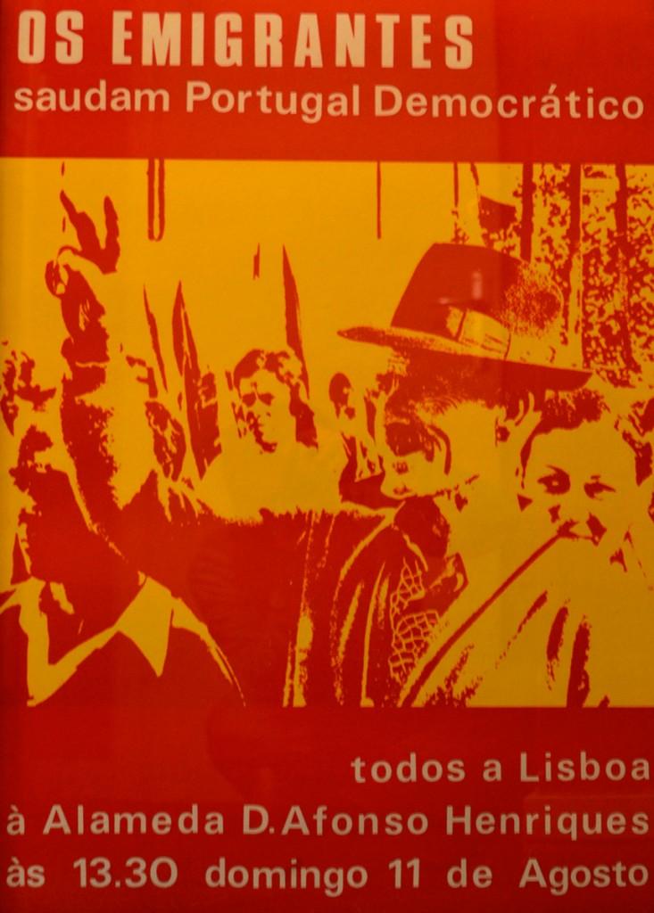 """Affiche. """"Les émigrants saluent le Portugal Démocratique. Tous à Lisbonne, à Alameda D.Afonso Henriques, à 13h30, dimanche 11 août."""""""
