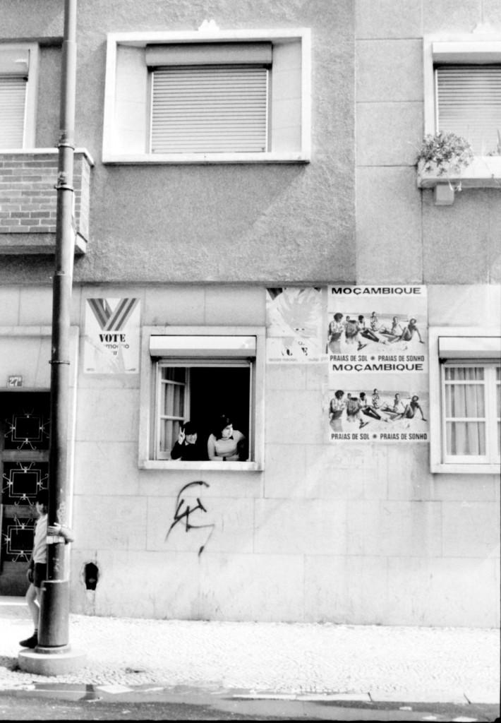1er Mai 1974 à Lisbonne : Affiche sur le Mozambique © J. Erwan
