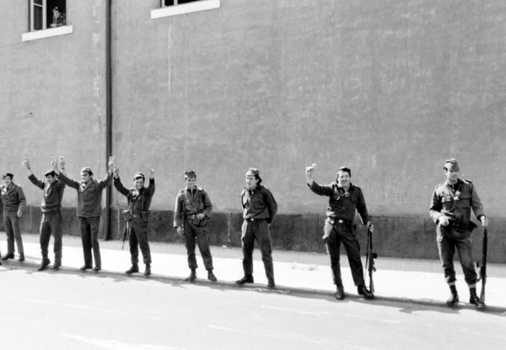 1er Mai 1974 à Lisbonne : l'oeillet et le V des soldats © J. Erwan