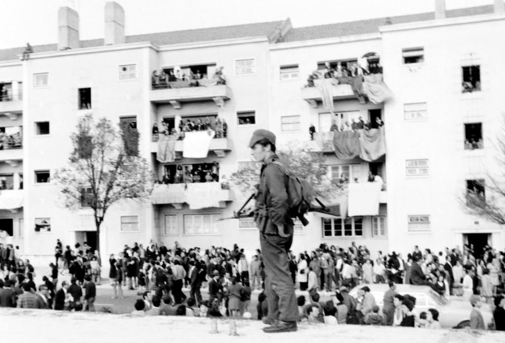 1er Mai 1974 à Lisbonne : Policier de la Garde Nationale, la fleur au fusil © J. Erwan
