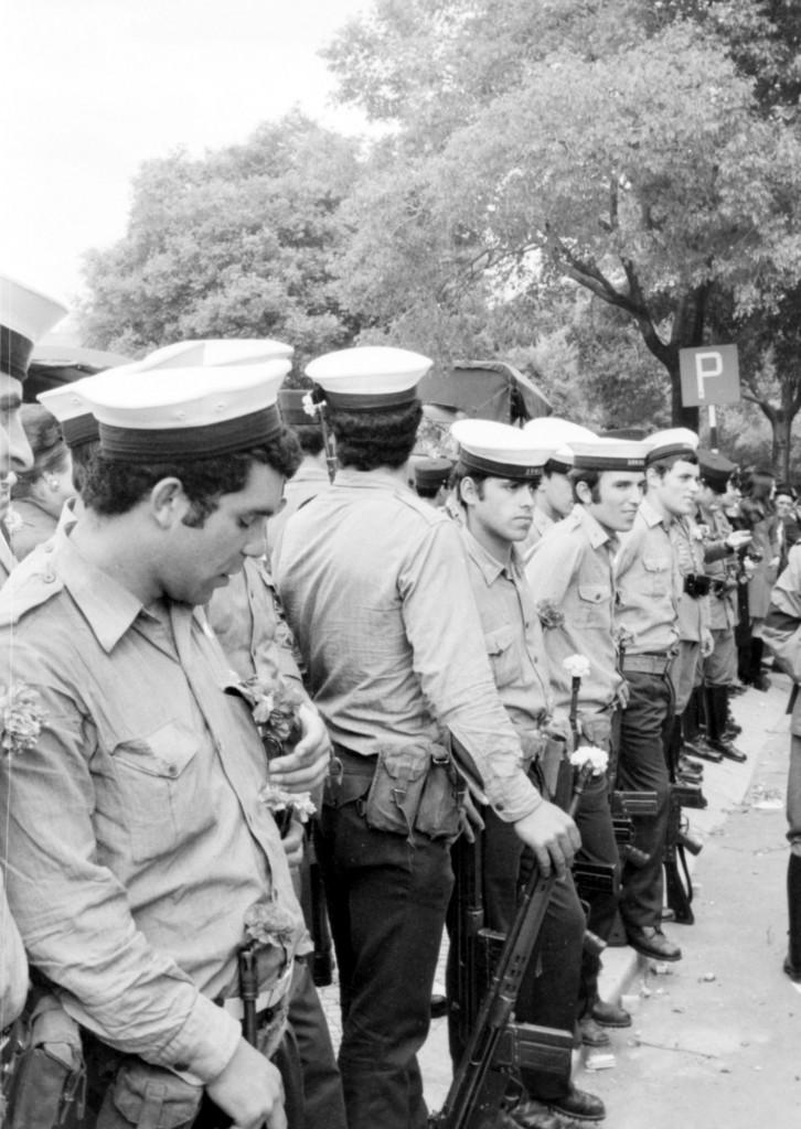 1er Mai 1974 à Lisbonne : La fleur au fusil © J. Erwan