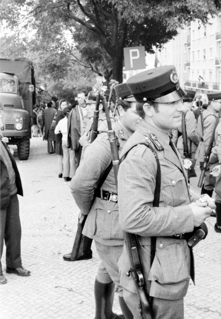 1er Mai 1974 à Lisbonne : Policiers de la garde Nationale Républicaine, la fleur au fusil © J. Erwan