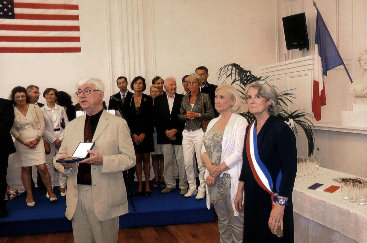 Remise de la médaille de la ville de Dinard à Jacques Erwan, le 15 août 2016, jour anniversaire de la libération de la ville par les troupes du Général Patton. En présence de madame le maire, de son adjointe à la culture, de la majorité municipale de l'époque, et de la responsable culture de la région Bretagne.