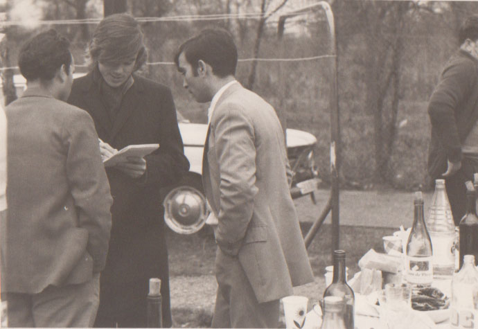 Jacques Erwan, Libération, en banlieue parisienne, lors de la visite en France de la Brigade de dynamisation et culture du MFA. Décembre 1974. (D.R.)