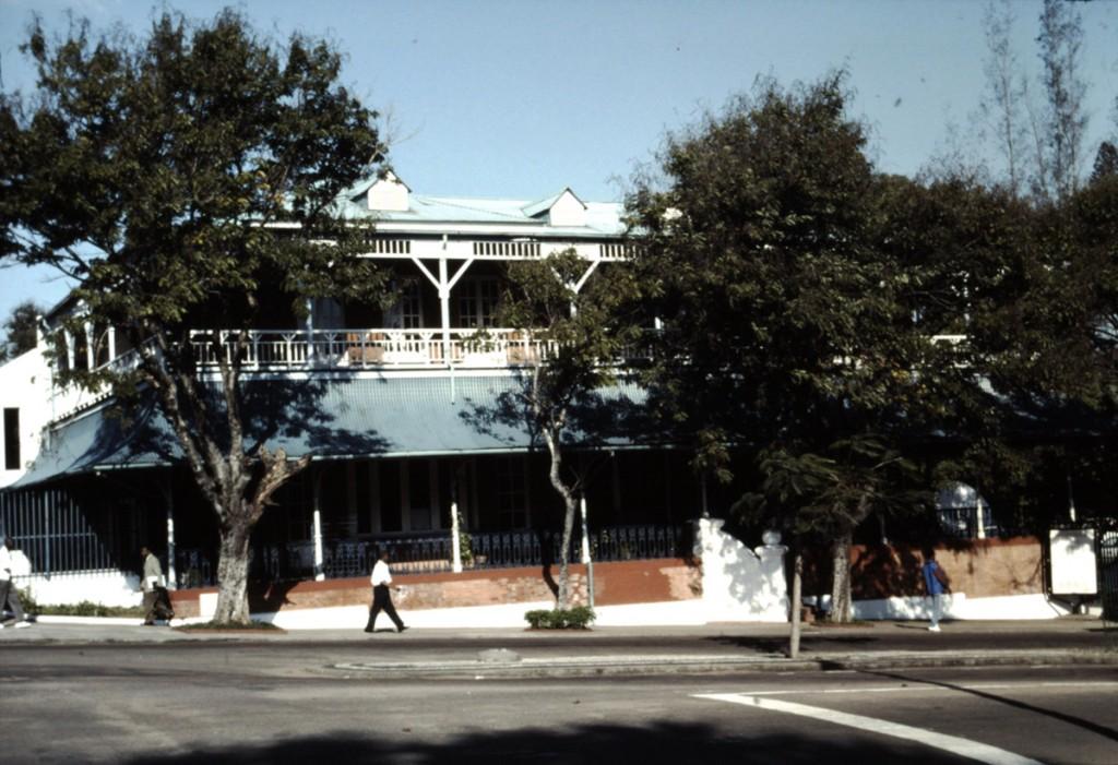 Maputo (Mozambique), juillet 2000, ancien hôtel colonial métamorphosé en centre culturel français.